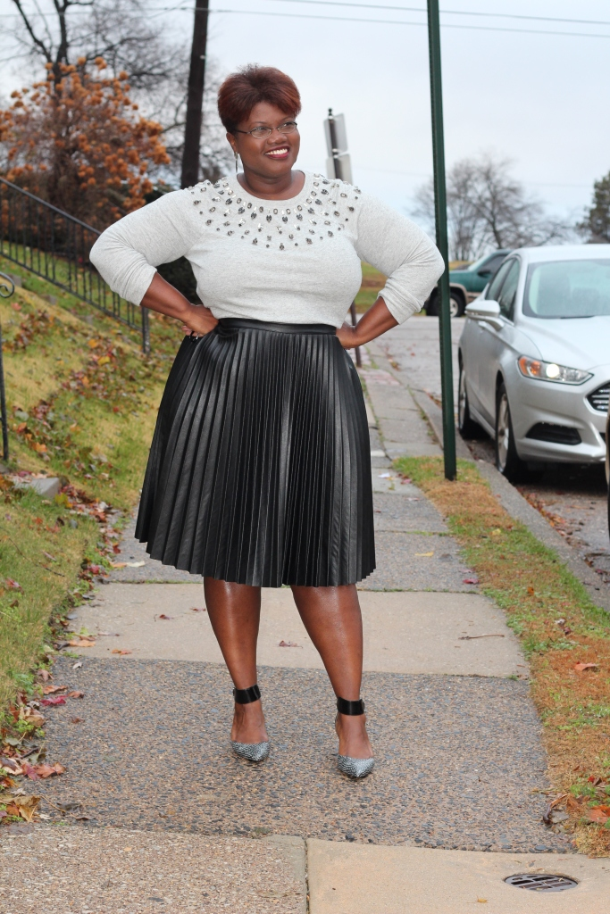 curvy women, curvy, curvy girls, pleated skirts, fashion to figure, faux leather pleated skirt, plus size fashion, loft, ann taylor loft, plus size bloggers, plus size blogs, curvy blogs, curvy bloggers, statement sweatshirt, embellished sweatshirts, embellished sweater